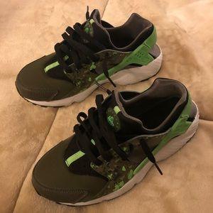 5cc73dbec257 Nike Shoes - Nike Huarache Run Print (GS) - Black Green